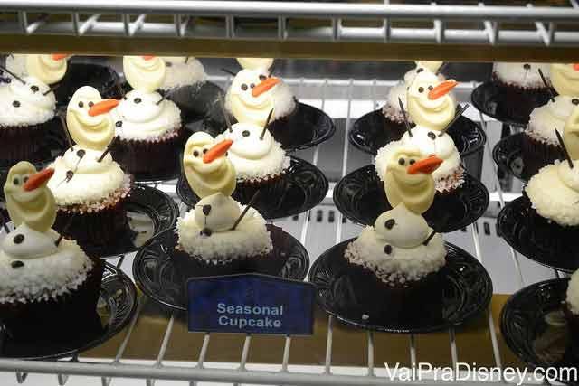 Cupcakes temáticos do filme Frozen vendidos no Wonderland Cafe, no Disney Quest