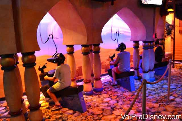 Galera pilotando o tapete voador do Aladdin no Disney Quest