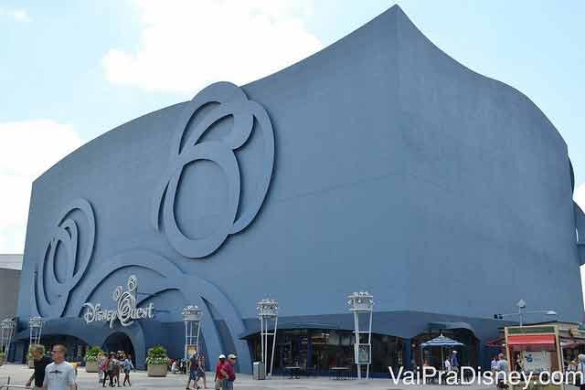 O DisneyQuest que fica no Disney Springs e que se ilumina por inteiro durante a noite