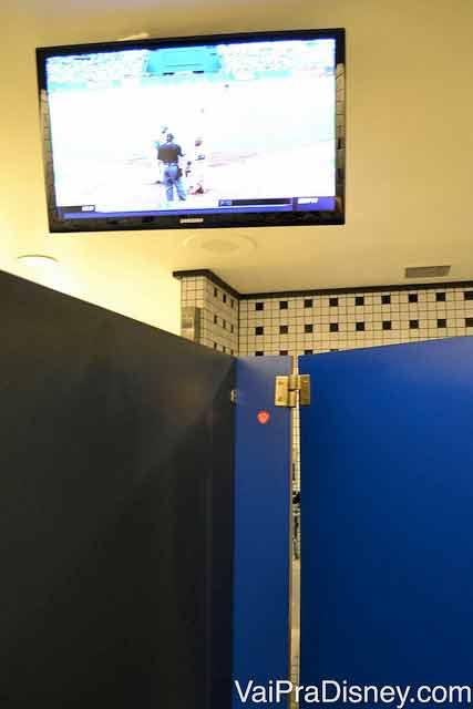 Prova de comprometimento é: esperar o banheiro ficar vazio para poder fotografar as TVs sem ser julgado e poder mostrar pra vocês.