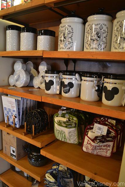 Foto de alguns itens de cozinha à venda em uma loja da Disney