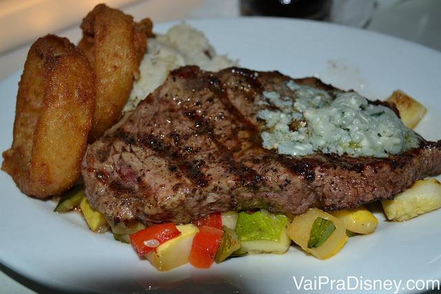 Foto do prato no Sci-Fi Dine-In, com carne, batata e legumes