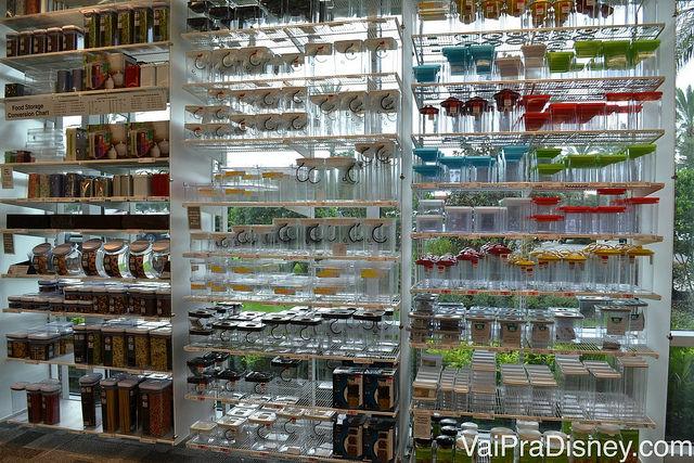 Foto da enorme quantidade de potinhos à venda na Sur La Table