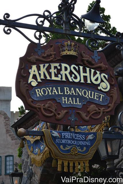 Foto da placa do Akershus Royal Banquet Hall no Epcot, em estilo medieval, outro restaurante onde você encontra as princesas