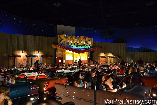 100 dicas em 100 dias: foto da área externa do Sci-Fi Dine-In com mesas/carros representando um drive-in.