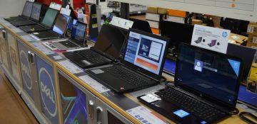 Foto dos laptops à venda no Walmart, uma das opções para a compra de eletrônicos em Orlando