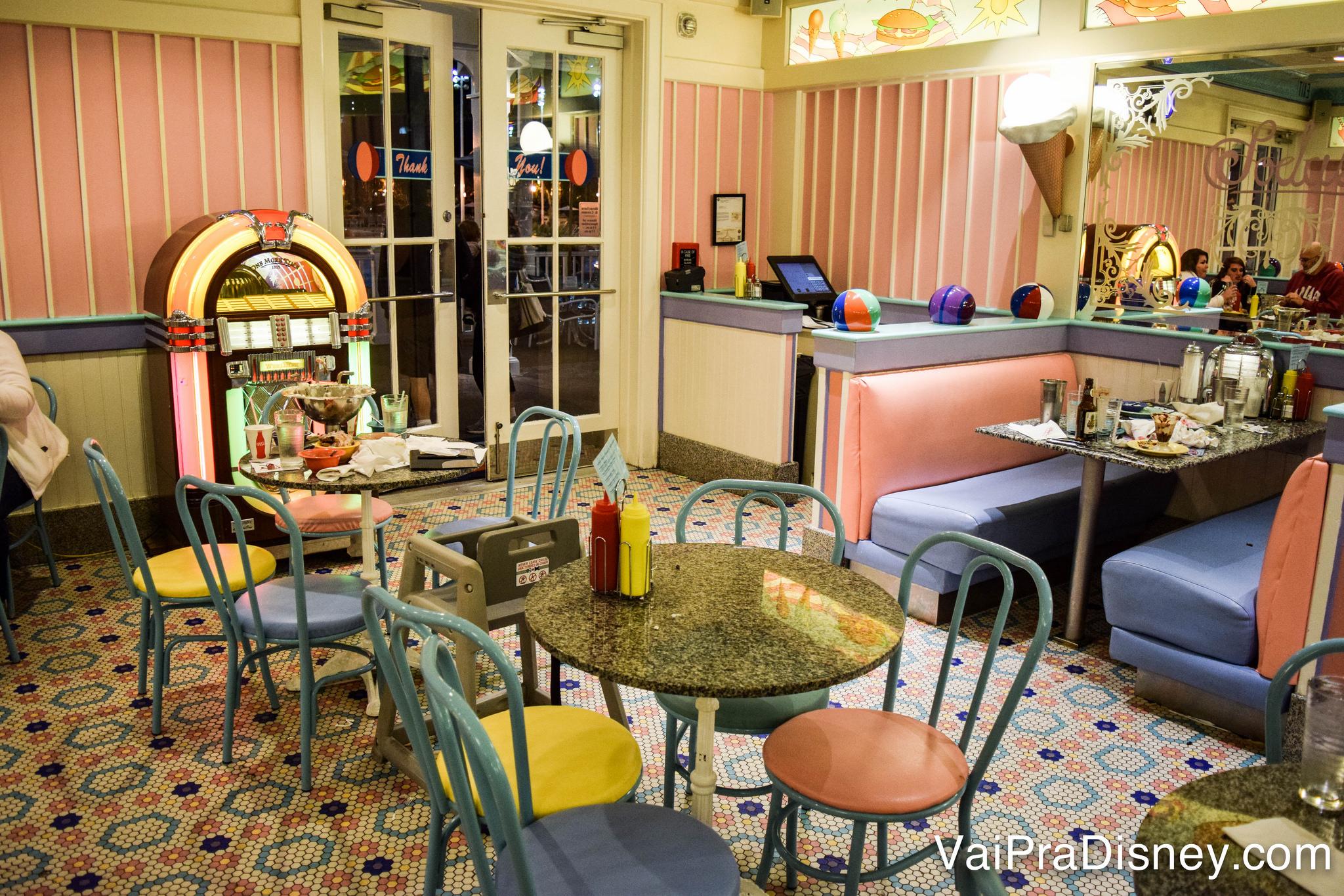 Foto do interior da lanchonete Beaches and Cream, com tema vintage e decoração em rosa, amarelo e azul