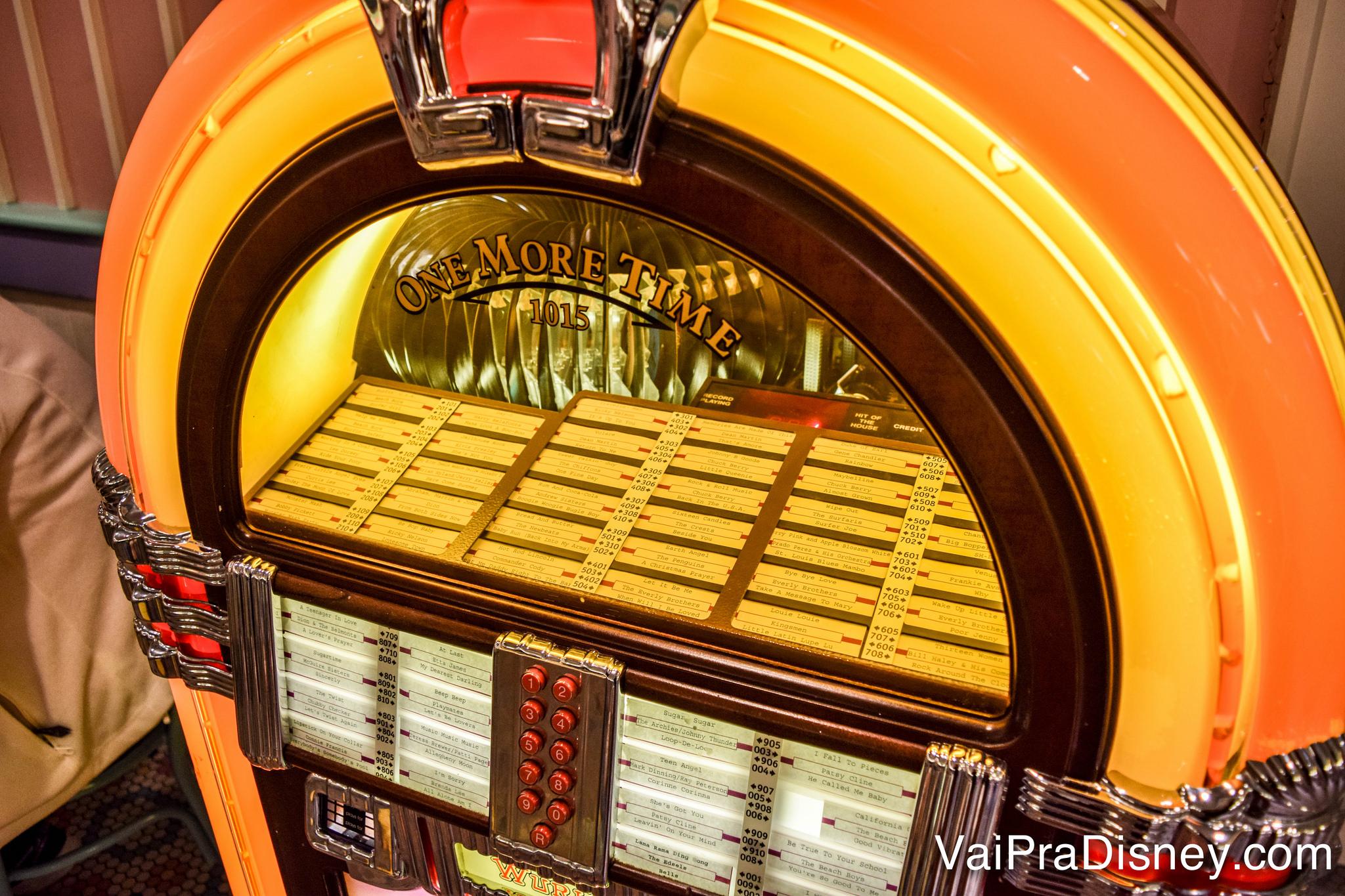 Foto da jukebox do restaurante, que funciona mesmo.
