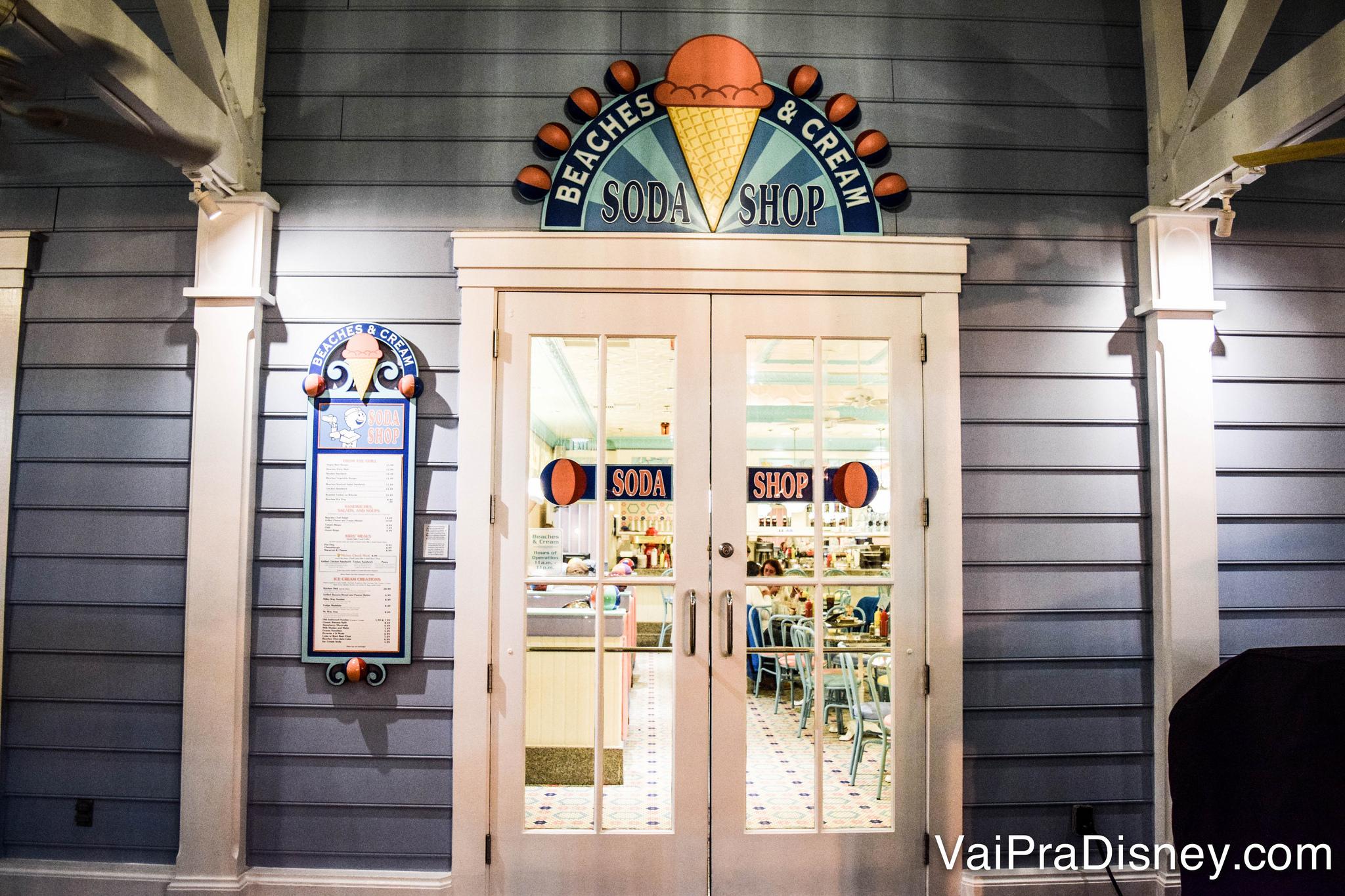 A entrada do Beaches & Cream no Disney's Beach Club Resort, com o charme retrô já visível na placa