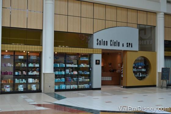 Para quem pergunta onde comprar Kerastase em Orlando, esse é um bom lugar! Fica no Florida Mall. Foto da vitrine do Salon Cielo & Spa
