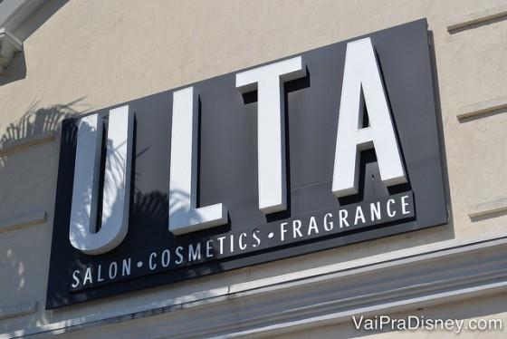 Cosméticos em Orlando - Ulta Beauty. Foto da placa da loja Ulta, com fundo preto e letras brancas.