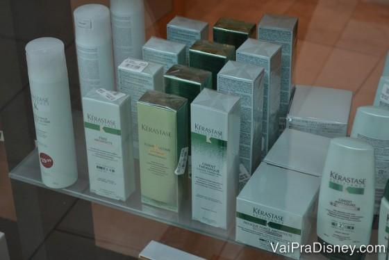 Olha ele aí! Uma maravilha pro cabelo e bem mais barato do que no Brasil. Foto de produtos da marca Kérastase em uma vitrine.