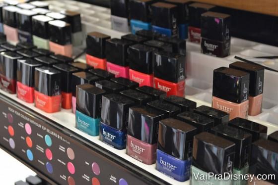 Esmaltes, maquiagem, perfumes, cremes, shampoos...todo mundo sempre precisa de alguma coisinha, não é? ;) Foto de uma prateleira com esmaltes da marca Butter London, em cores variadas.