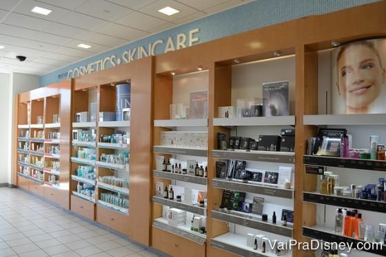 Só um pedacinho da Ulta Beauty, mais tranquila que a Sephora. Foto da seção de cosméticos e skincare da loja Ulta Beauty.