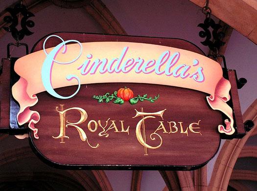 Foto da placa do Cinderella's Royal Table, outra opção de restaurante muito boa para aniversários e comemorações