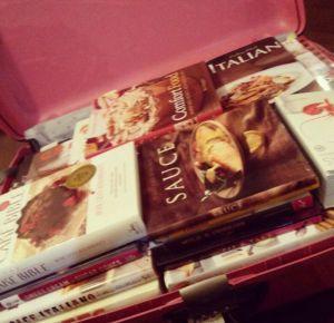 Foto da mala da Renata cheia de livros de receitas