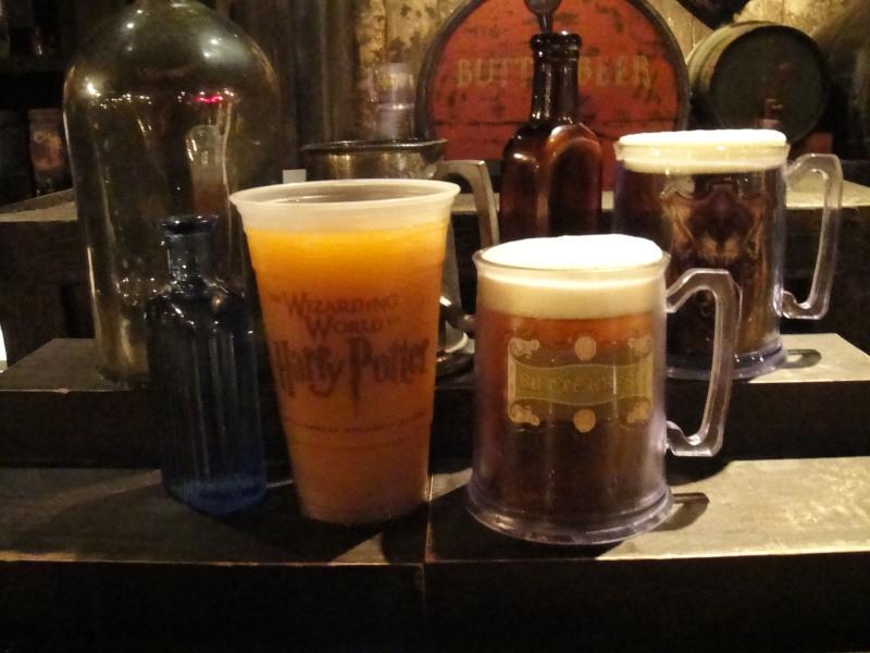 Duas versões da Cerveja Amanteigada gelada: no copo e na caneca especial, que custa um pouco mais.