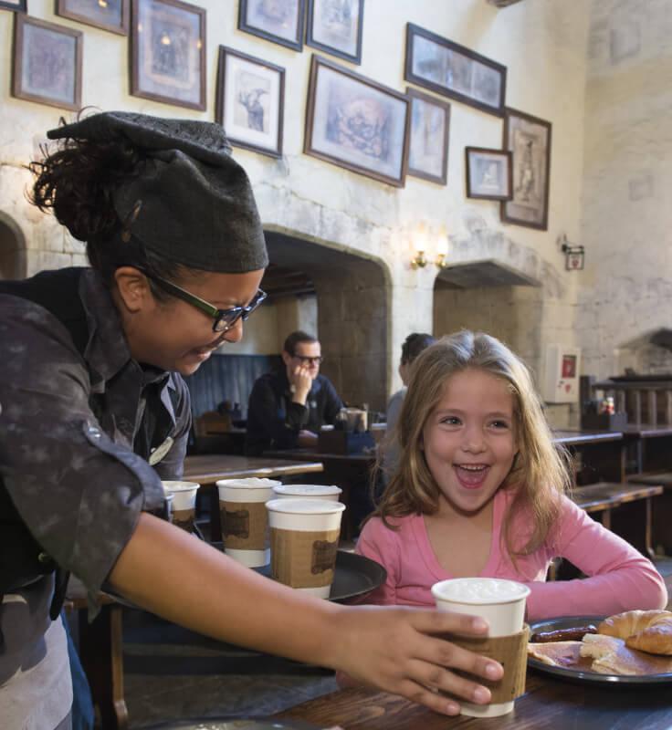 Cerveja Amanteigada Quente sendo servida na área do Harry Potter da Universal, na semana passada