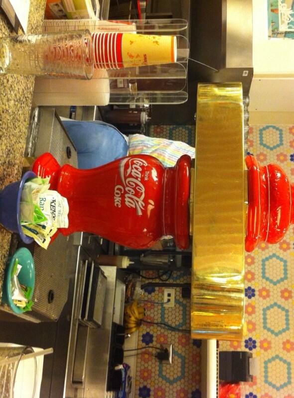 Máquina de refrigerante antiga no Beaches & Cream