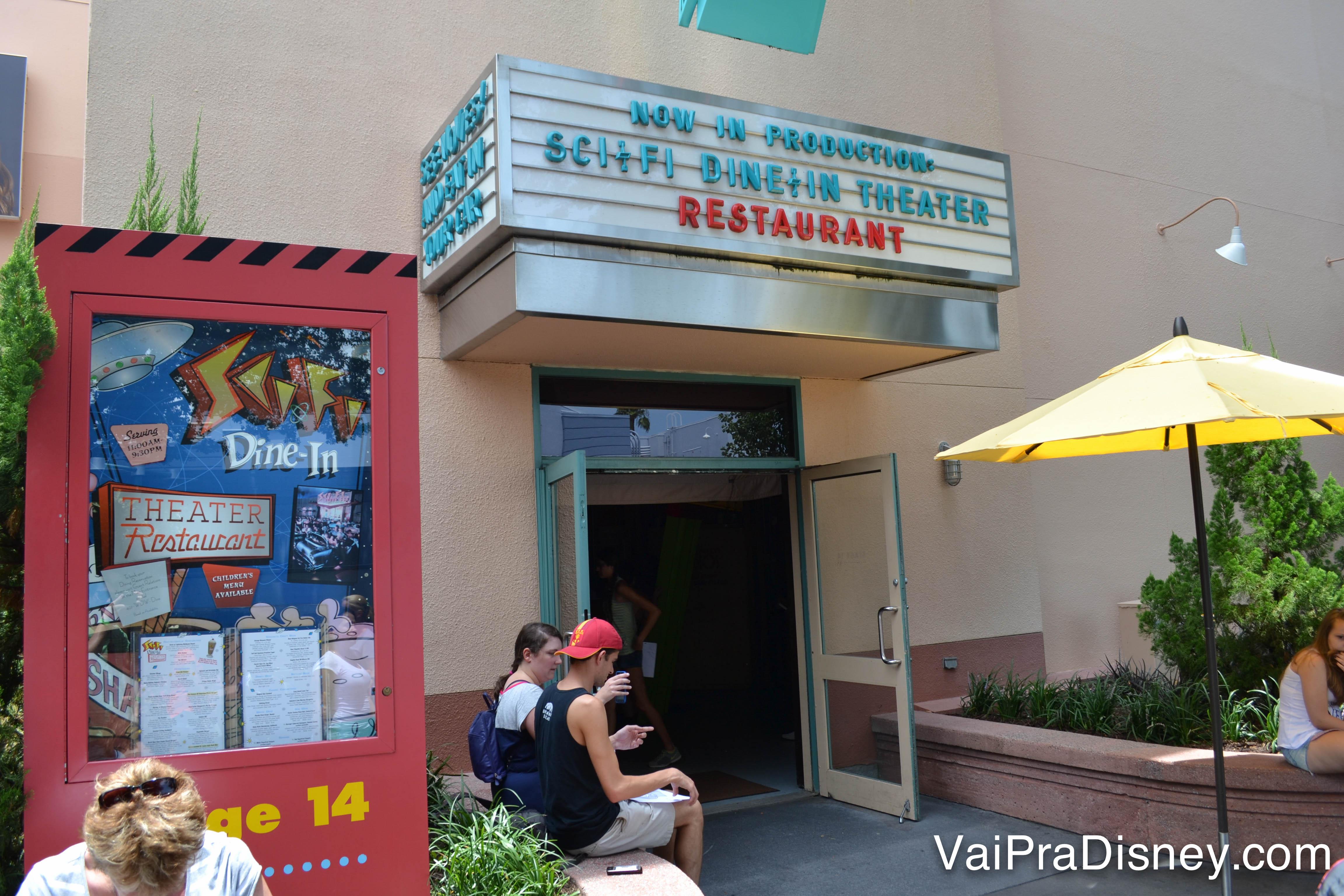Foto da entrada pequena do Sci-Fi Dine in Theater, com a fachada parecendo um cinema antigo de Hollywood