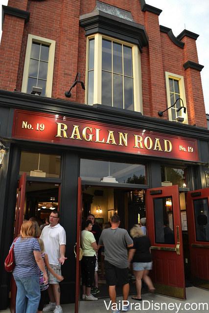Foto do exterior do Raglan Road em Disney Springs, que parece um típico pub irlandês