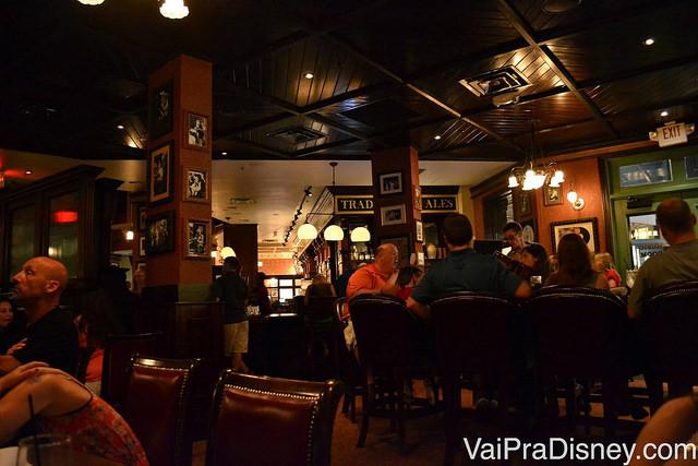 Ambiente escuro, bem parecido com os pubs tradicionalmente irlandeses, e com várias mesas com visitantes