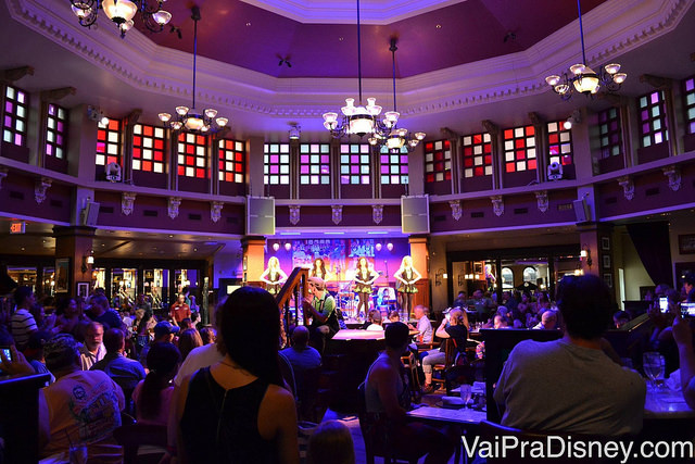 Salão principal do Raglan Road onde acontecem as apresentações de sapateado irlandês e da banda local, com mesas e um palco no centro