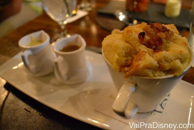 O bread pudding do Raglan Road, servido em uma caneca com caldas à parte