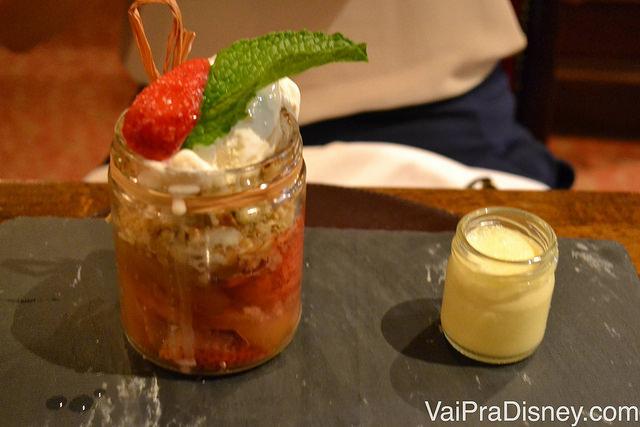 Foto do crumble de maçã e morango que vem em um pote de vidro