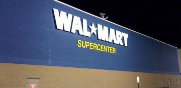 Foto da fachada do Walmart, pintada no azul característico da marca.