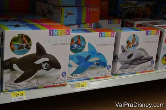 Foto de bóias de baleia e golfinho à venda no Walmart por 12 dólares.