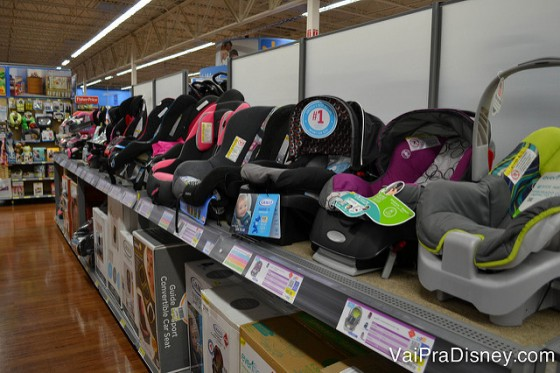 Foto das cadeirinhas de bebê para carro à venda no Walmart de Orlando: não precisa alugar o da locadora de carros e ainda pode trazer pro Brasil se sobrar espaço na mala