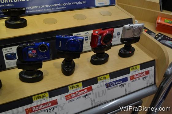Foto das câmeras à venda no Walmart de Orlando, com preços a partir de U$99