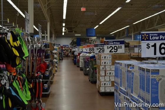 Foto do corredor do Walmart de Orland o mostrando os preços baixos nas placas.