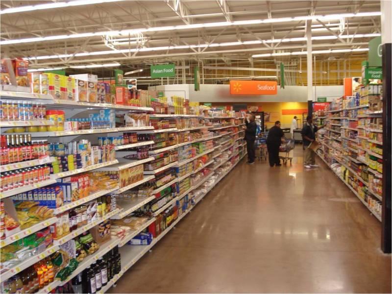 Foto do corredor do Walmart de Orlando, na seção de alimentos.