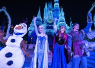 Personagens de Frozen iluminando o castelo no Frozen Holiday Wish