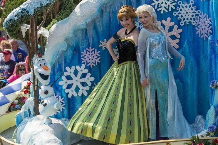 Também é possível ver e acenar para a Anna e a Elsa na parada das 15h no Magic Kingdom, a Festival of Fantasy Parade.