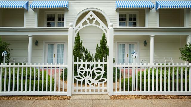 Cottages no BoardWalk Inn. Casinhas externas com o mais puro luxo oferecido pela Disney. Foto do exterior de um chalé do BoardWalk Inn, todo pintado de branco e com um Mickey na parte de cima do portão.