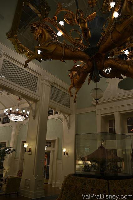 Eu nem sei descrever esse negócio aí em cima. rs. Foto da decoração do BoardWalk Inn, com um lustre que imita um carrossel.