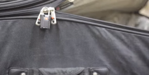 Foto mostrando como o conteúdo da bagagem pode ser acessado facilmente com esse golpe. Depois é só deslizar o zíper com o cadeado que a mala se fecha novamente | Reprodução ITS Tactical