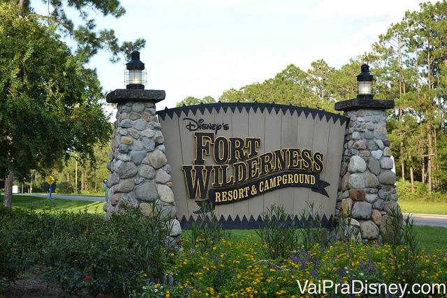 Foto da placa do Fort Wilderness, com laterais de pedra e o nome completo do resort (Disney's Fort Wilderness Resort & Campground)