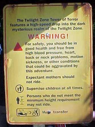 Placa em inglês na frente da Tower of Terror. A imagem mostra a placa com os avisos para quem vai na atração.