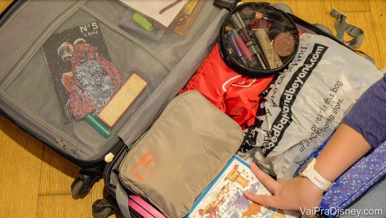 Foto de uma mala aberta. Uma foto da mala ajuda a lembrar exatamente os itens que guardou em cada lugar.
