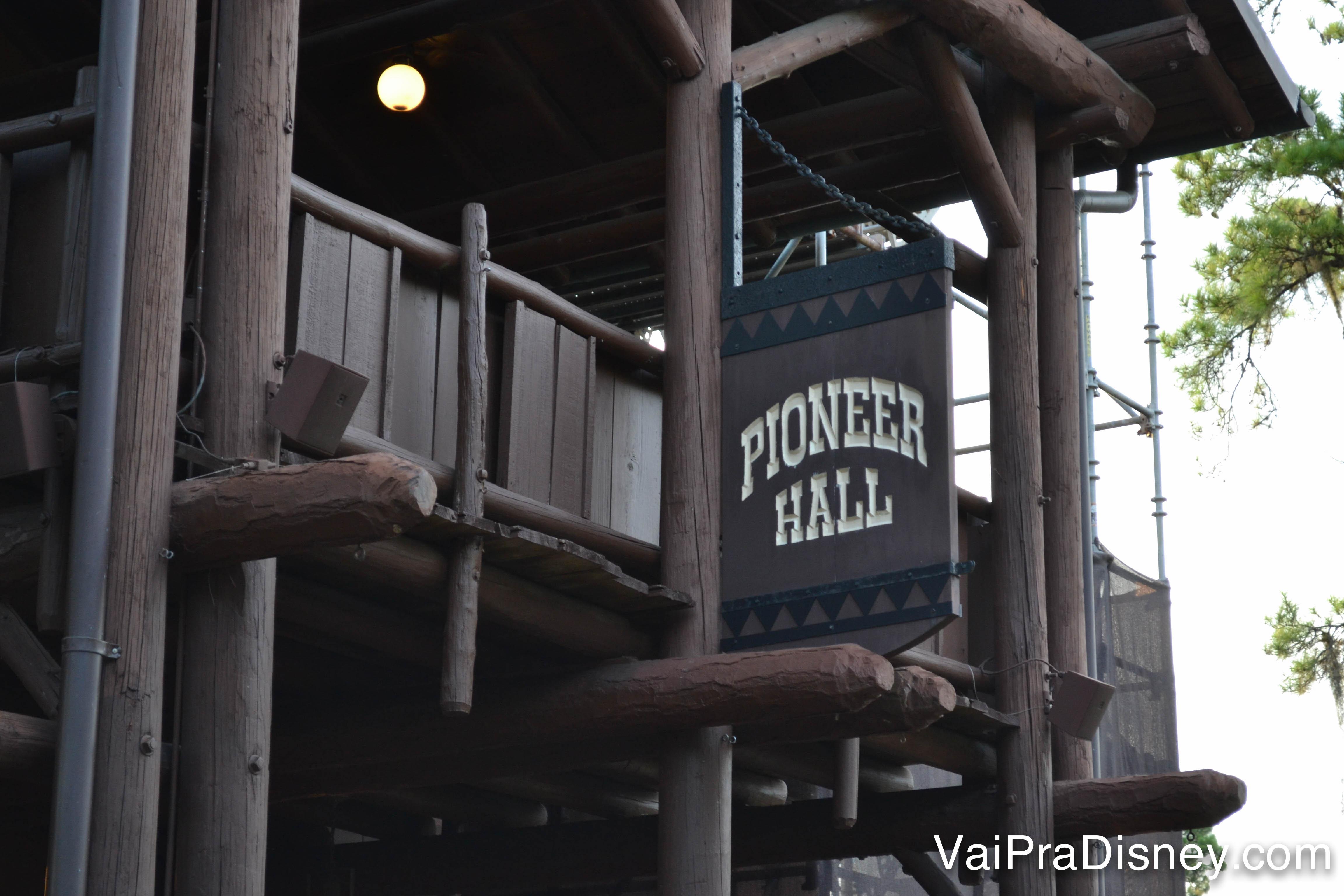 Placa de madeira do Pioneer Hall, onde acontece o Hoop-Dee-Doo