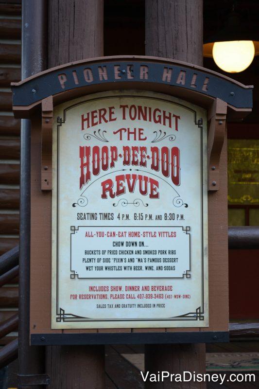 Foto indicando a apresentação do Hoop-Dee-Doo Musical Revue no Pioneer Hall do Fort Wilderness