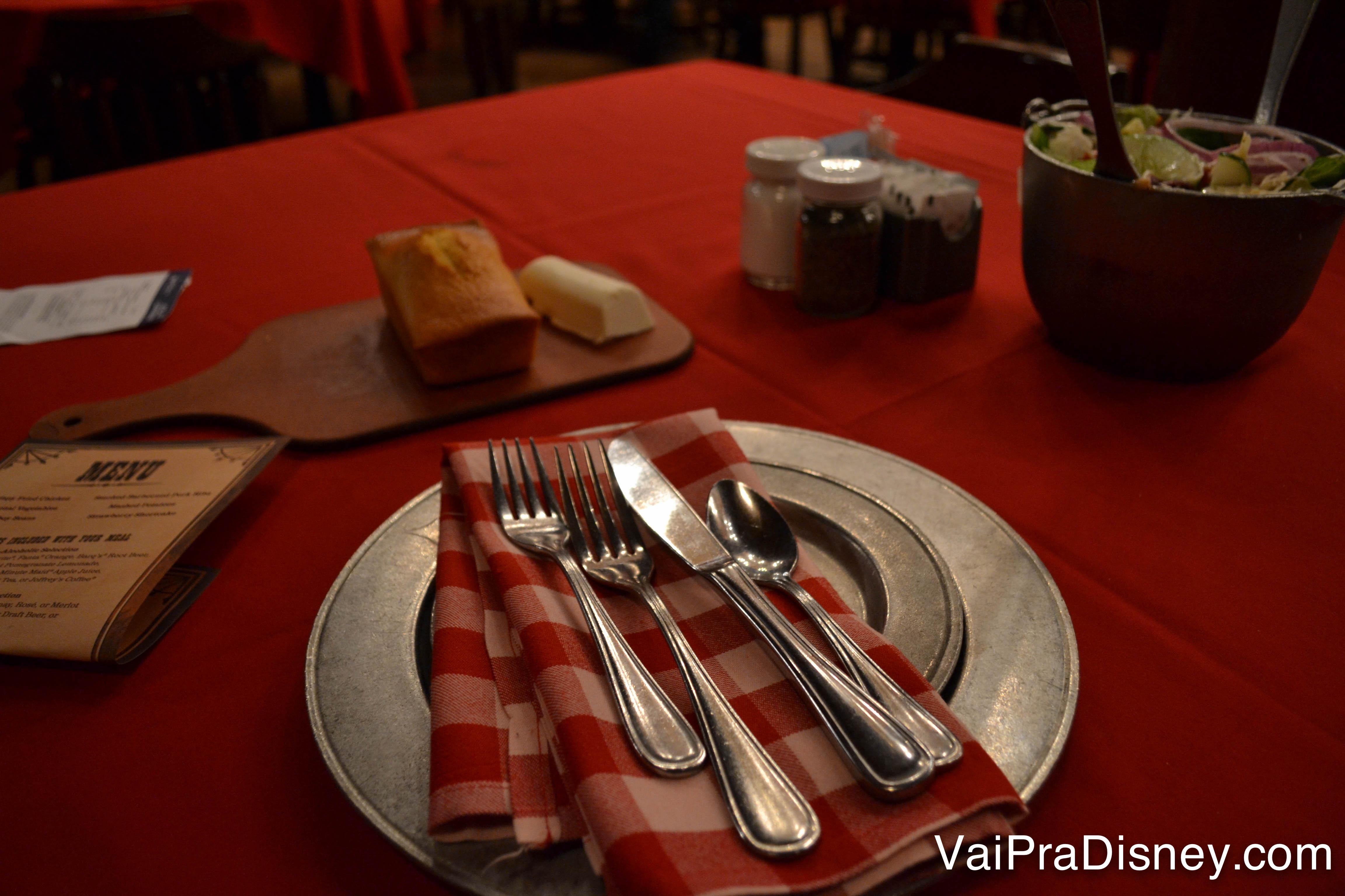 A mesa montada com toalha vermelha e guardanapo xadrez - e a saladinha no canto - antes de começar o Hoop-Dee-Doo Musical Revue