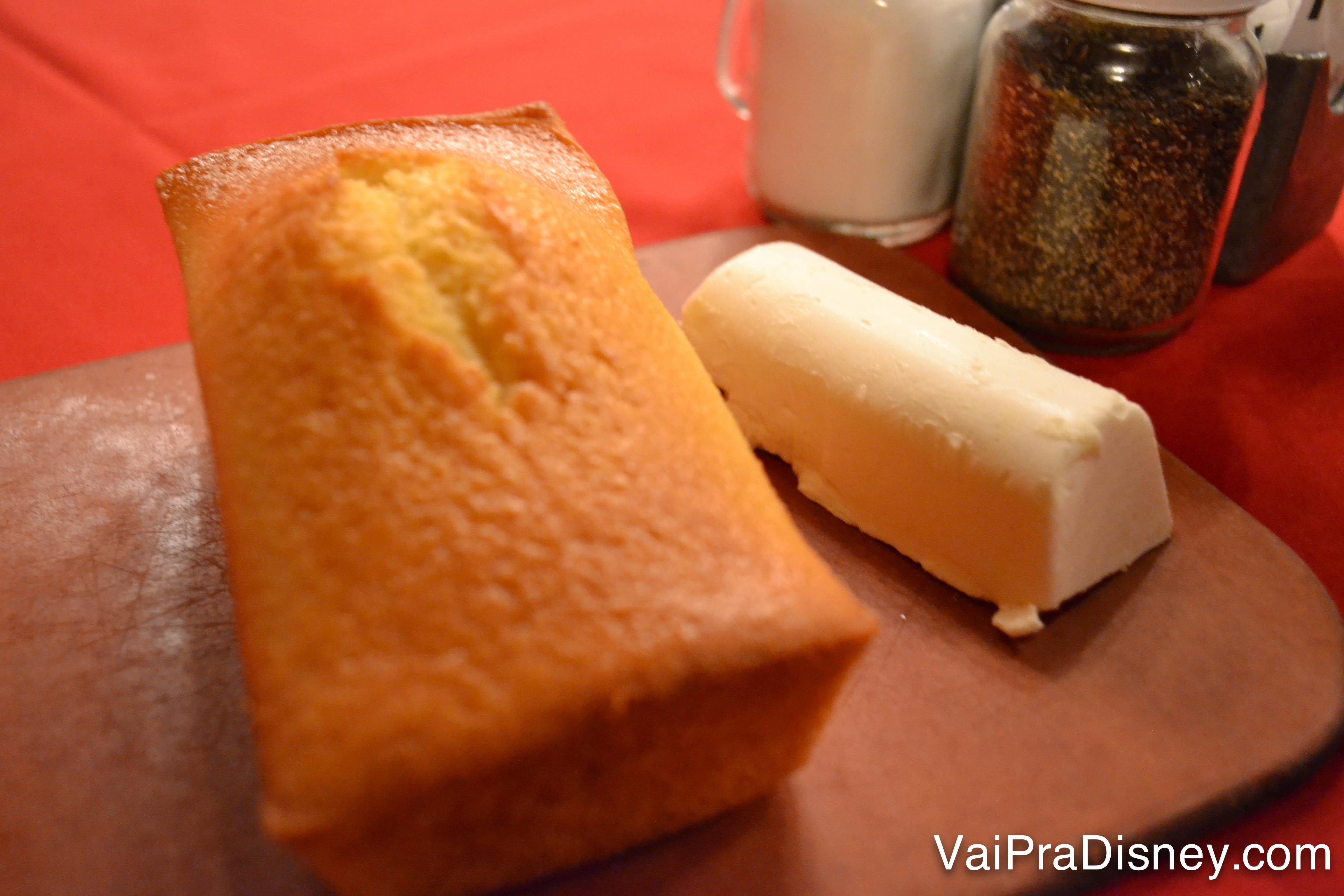 Pão de milho com manteiga de entrada