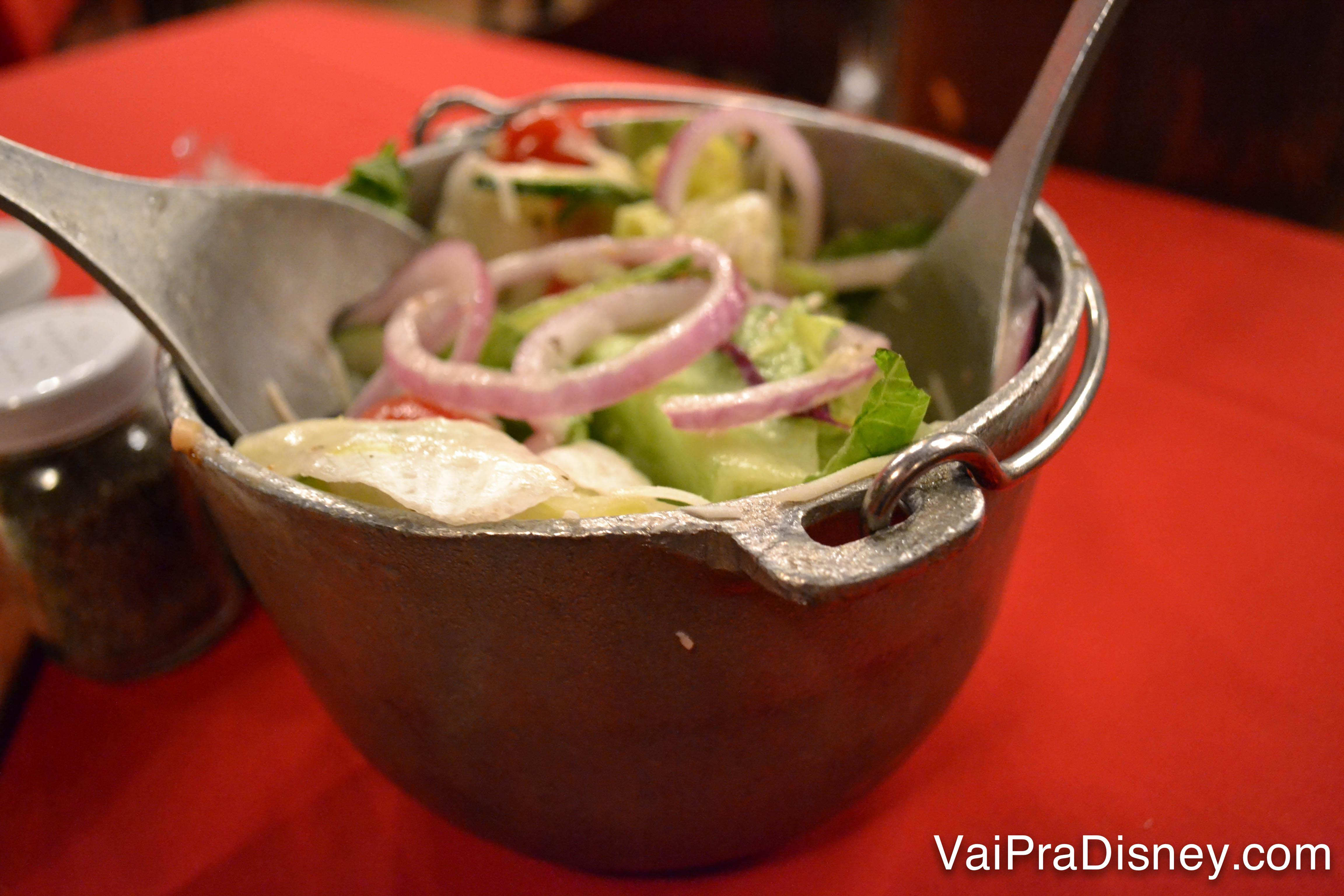 A salada americana bem tradicional, servida em uma tigela de ferro