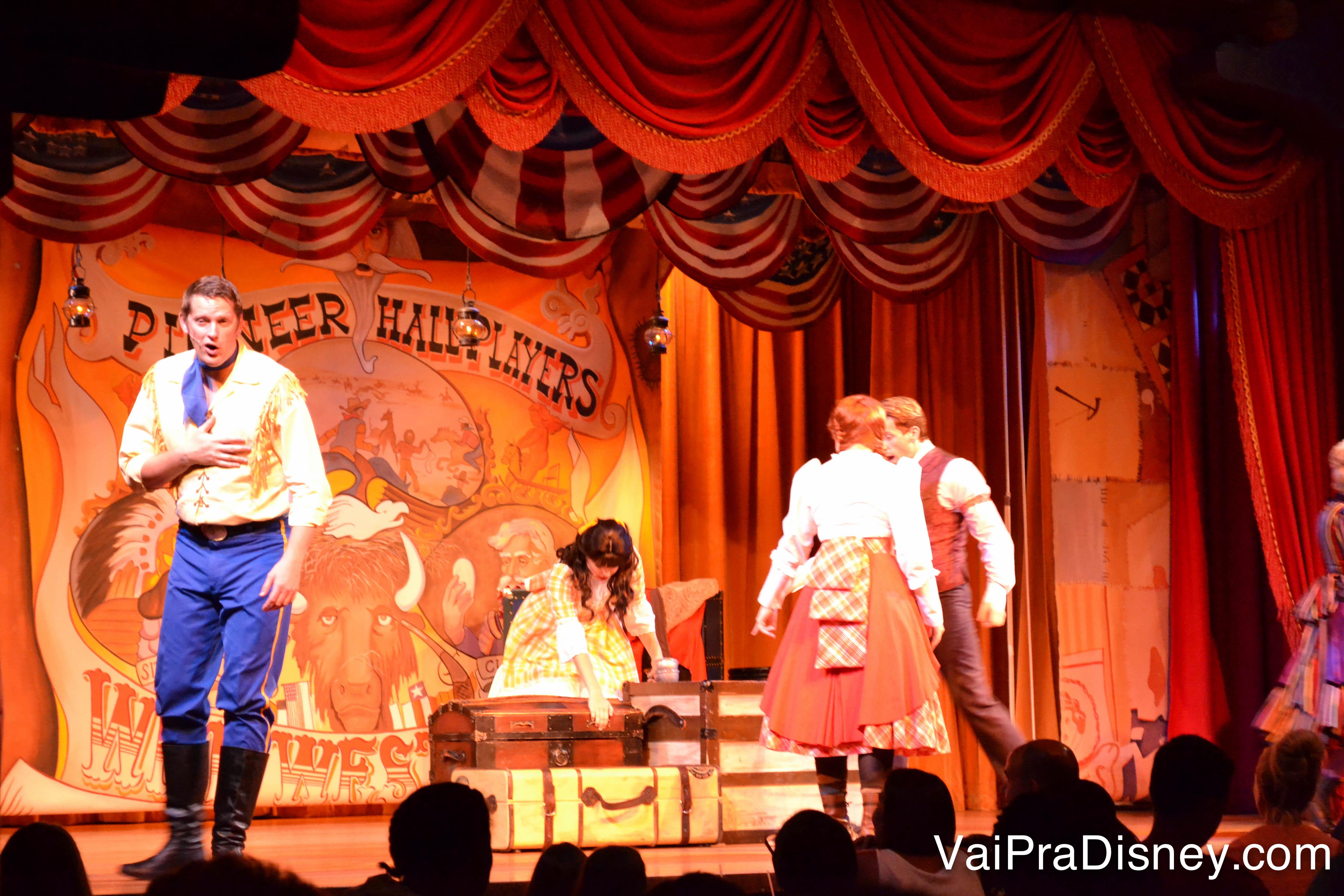 Foto do palco durante o Hoop-Dee-Doo Musical Revue