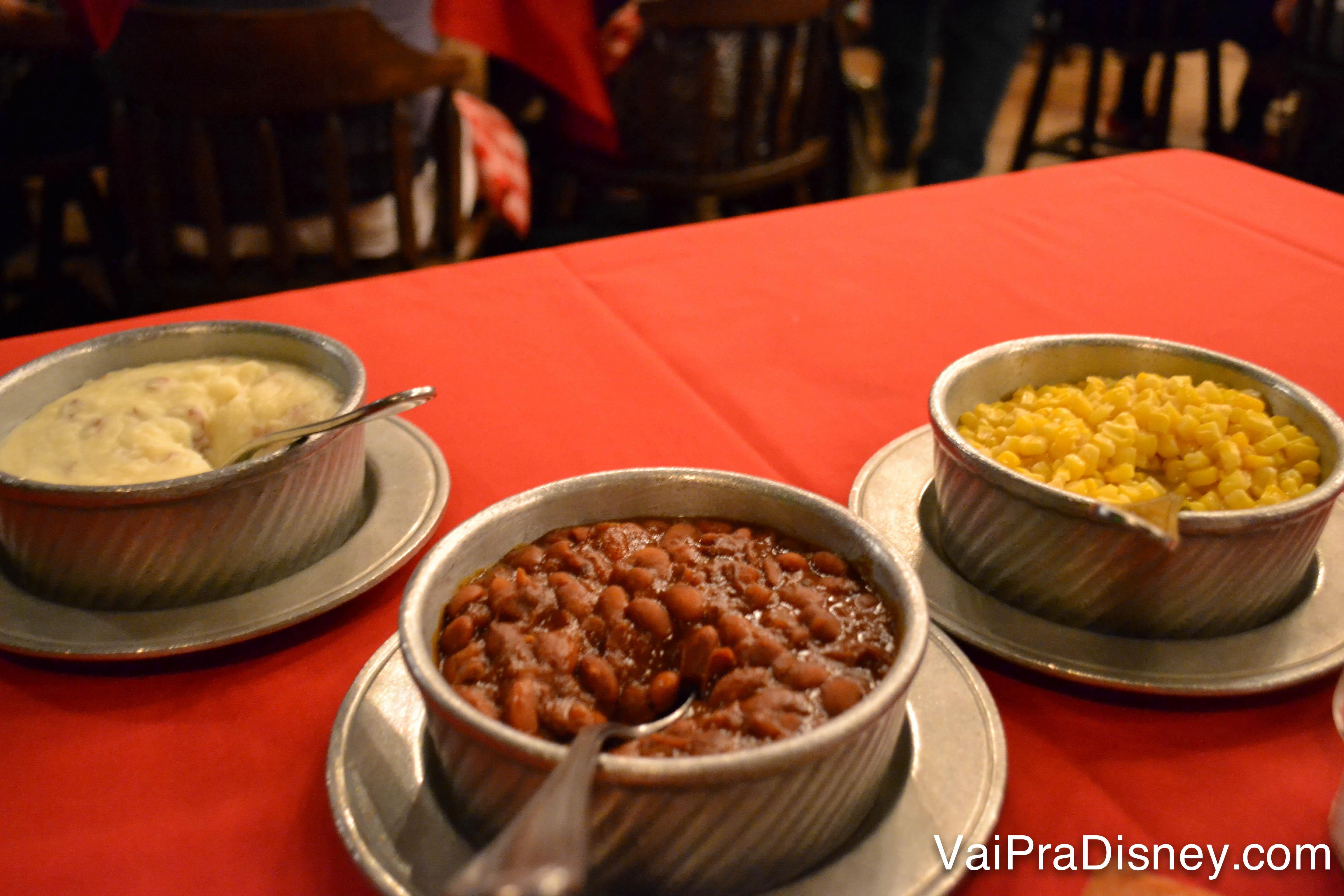 Acompanhamentos: purê de batata, milho cozido e feijão americano - bem apimentado.